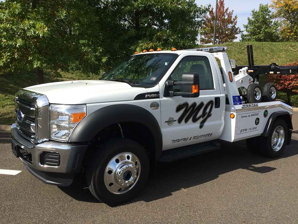 Nice picture of one of MJ Repo Service's tow trucks
